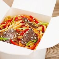 Wok с говядиной и овощами Фото