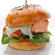 Бургер с лососем Фото