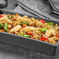 Рис с курицей под соусом Черный перец Фото