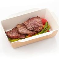 Медальоны из говядины с овощами-гриль Фото