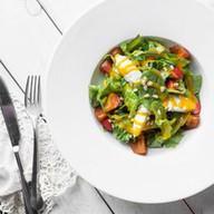 Салат с хурмой,клубникой,сыром креметте Фото