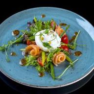 Салат с семгой, яйцом пашот и заправкой Фото