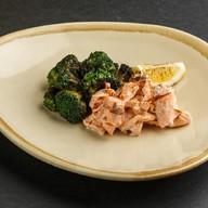 Томленый лосось с брокколи Фото