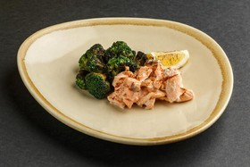 Томленый лосось с брокколи - Фото