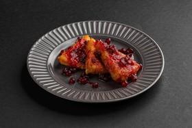 Жареный сулугуни с ягодным соусом - Фото