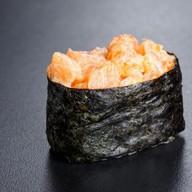 Гункан с лососем и спайси соусом Фото
