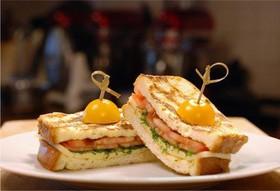 Горячие тосты с моцареллой и томатами - Фото