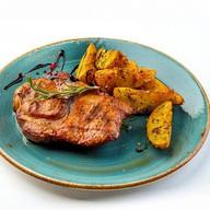 Стейк из свиной шеи с печеным картофелем Фото