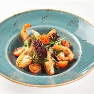 Салат с тигровыми креветками, томатами Фото