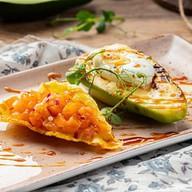 Авокадо с яйцом пашот Фото