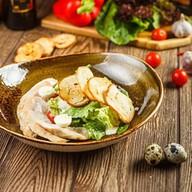 Цезарь салат с куриным бедром Фото