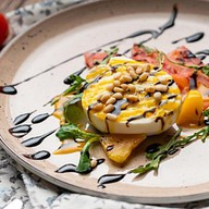 Буррата с томатами,соусом манго-маракуйя Фото