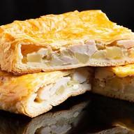 С курицей и картофелем на слоеном тесте Фото