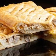 Пирог с мясом, капустой на слоеном тесте Фото
