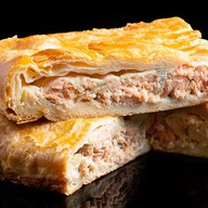 Пирог с горбушей на слоеном тесте Фото