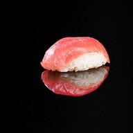 Суши магуро с тунцом Фото