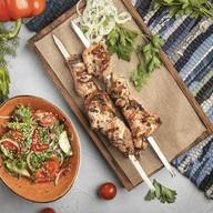 2 шашлыка из свинины, овощной салат Фото