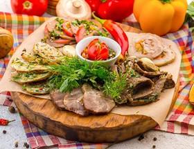 Ассорти из мясных деликатесов - Фото