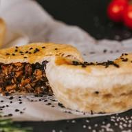 Пирог говядина с грибами,овощами в соусе Фото