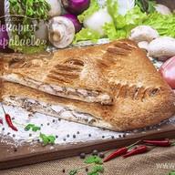 Пирог слоеный с курицей и грибами Фото