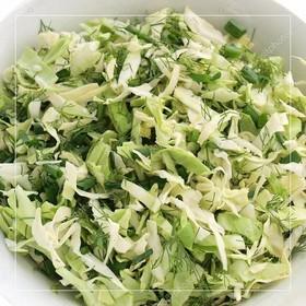 Салат из свежей капусты с зеленью - Фото