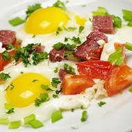 Яичница-глазунья с томатами и картофелем Фото