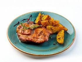 Стейк из свиной шеи с печеным картофелем - Фото