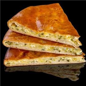 Осетинский с картофелем, сыром и зеленью - Фото