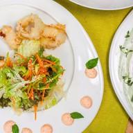 Салат с кальмаром темпура Фото