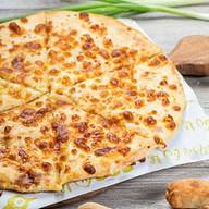 Хачапурили сыр, зеленый лук, чеснок Фото