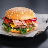 Гамбургер со свино-говяжьей котлетой Фото