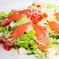 Цезарь со слабосолёным лососем салат Фото