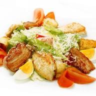 Цезарь с жареным лососем салат Фото