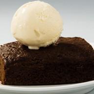 Шоколадный брауни с шариком мороженого Фото