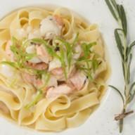 Сливочная паста с лососем и кальмарами Фото