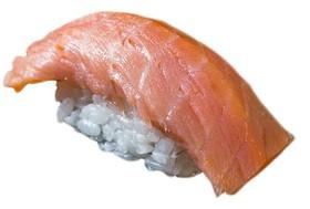 Гункан острый с копченым лососем - Фото