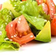 Салат из помидоров и авокадо с маслом Фото
