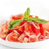 Салат из томатов с красным луком Фото