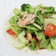 Салат с цукини, куриной грудкой, овощами Фото