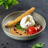 Сыр буратта с печеным перцем и соусом Фото