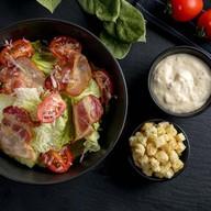 Цезарь с беконом салат Фото