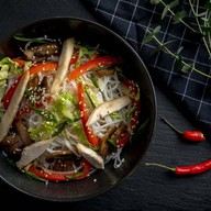 Лапша фунчоза с цыплёнком,овощами острая Фото