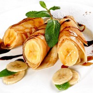 Блинчики с бананом, мороженым Фото
