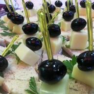 Канапе с сыром и маслиной Фото