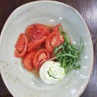 Буратта с томатами и рукколой Фото