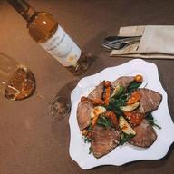 Теплый салат с ростбифом и овощами-гриль Фото