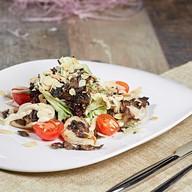 Салат с жареным куриным филе и грибами Фото
