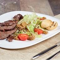 Салат теплый из говяжьей вырезки Фото