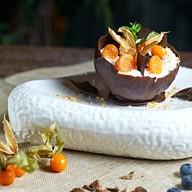 Шоколадная корзинка с ягодами и сливками Фото