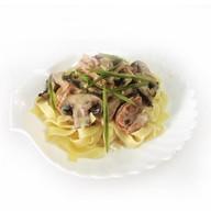 Лапша с ветчиной и грибами в соусе Фото
